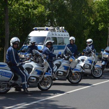 Prozession in Sankt Augustin: Sattes Dröhnen zu Blaulichtern