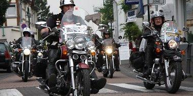 Motorrad-Treffen Biker im Korso zur Messe